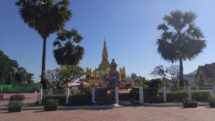That Luang ທາດຫຼວງ