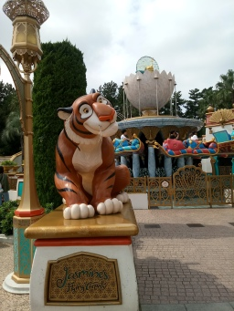 Statue of Rajah the tiger in front of Jasmine's Flying Carpet's ride